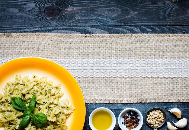 Italienische pasta mit pesto-sauce aus basilikumblatt