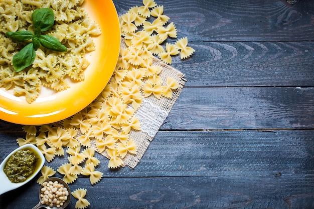 Italienische pasta mit pesto-sauce mit basilikumblatt gemacht