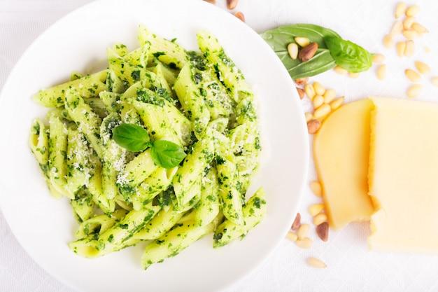 Italienische pasta mit pesto