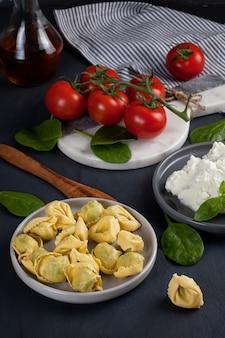 Italienische pasta mit spinat und ricotta