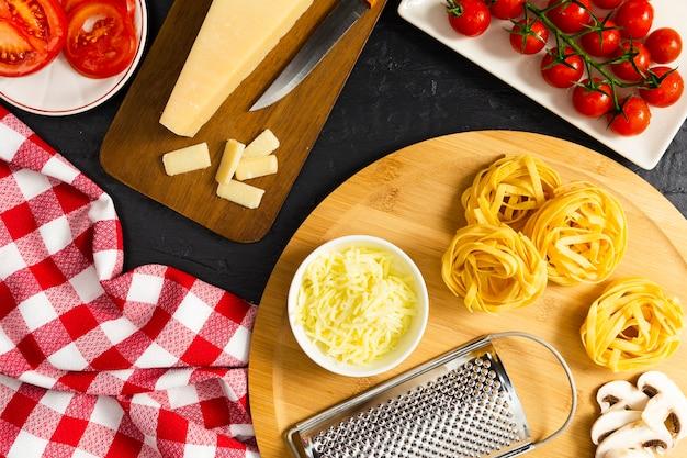 Italienische pasta mit tomaten und champignons