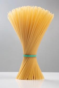 Italienische pasta spaghetti. mehlprodukte und lebensmittel beim kochen