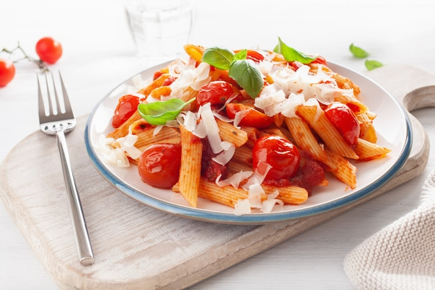 Italienische penne pasta mit tomaten parmesan basilikum