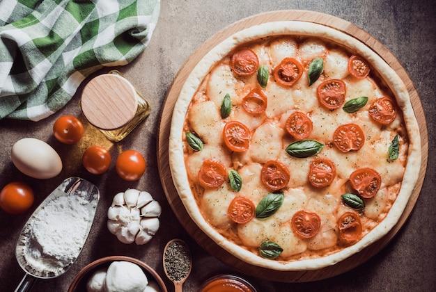 Italienische pizza an alter oberfläche