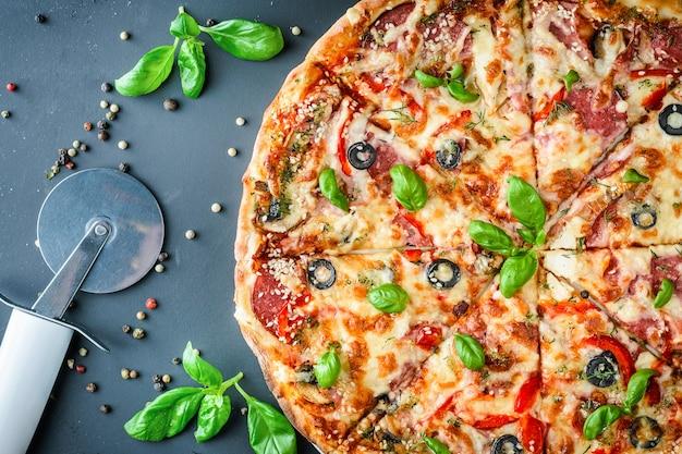 Italienische pizza auf dunklem hintergrund