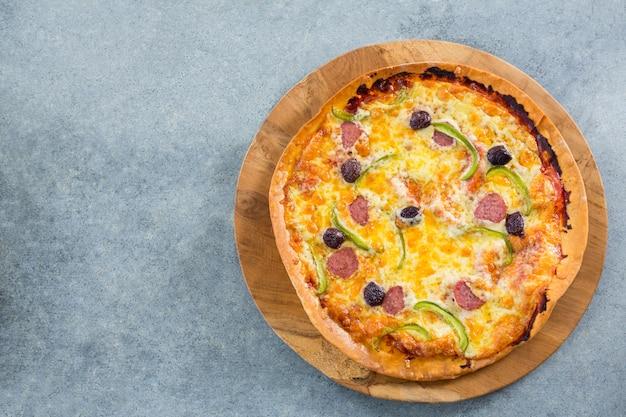 Italienische pizza auf einem pizzatablett serviert