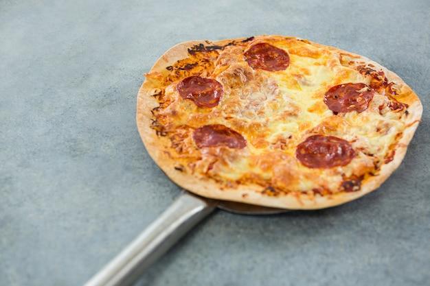 Italienische pizza auf einen spatel gelegt