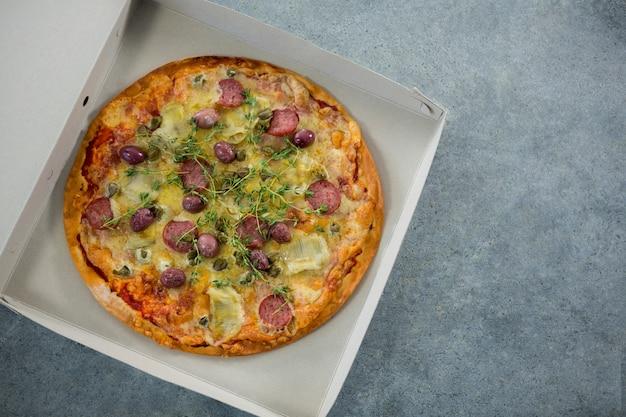 Italienische pizza auf einer geöffneten schachtel