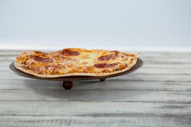 Italienische pizza in einer pfanne serviert