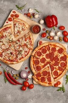 Italienische pizza klassische runde pizza pizza und scheiben pizza auf hellem hintergrund mit zutaten