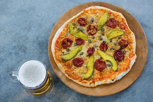 Italienische pizza mit einem becher bier
