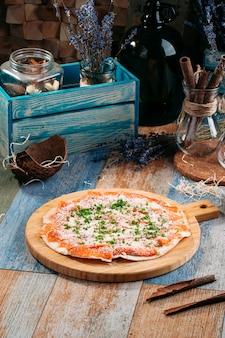 Italienische pizza mit gesalzenem lachsfisch und käse