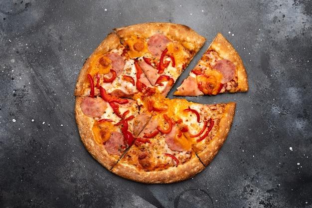 Italienische pizza mit geschmolzenem mozzarella und schinken auf draufsicht der dunklen oberfläche
