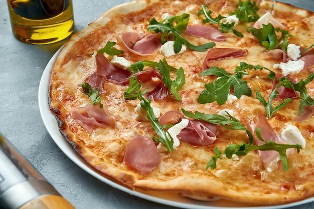 Italienische pizza mit jamon, rucola und frischkäse
