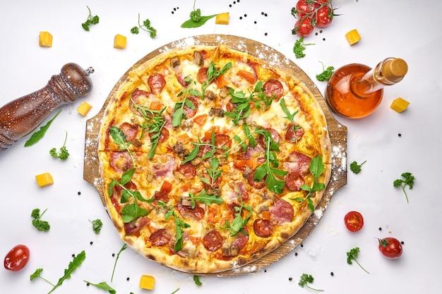 Italienische pizza mit peperoni und rucola