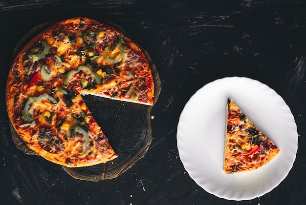 Italienische pizza mit scheibe auf platte