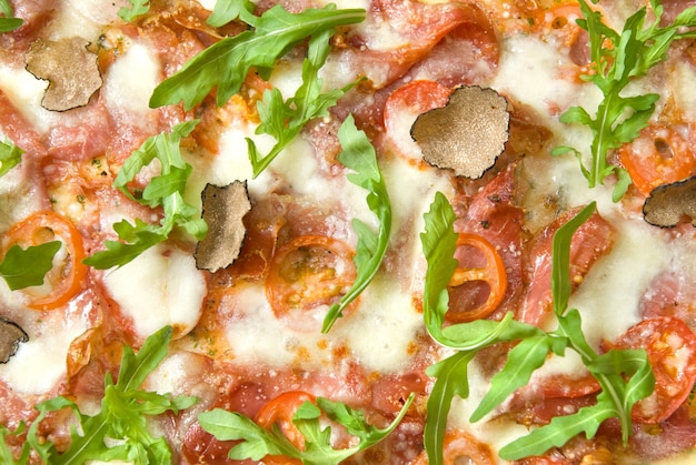 Italienische pizza mit trüffeln und tomaten