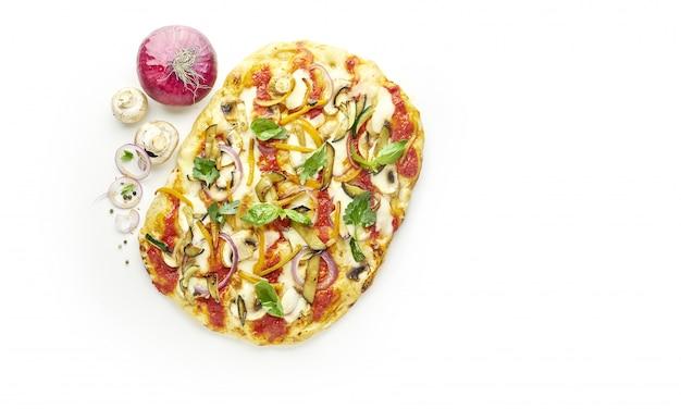 Italienische quadratische vegetarische pizza lokalisiert auf weißem hintergrund mit zutaten, draufsicht
