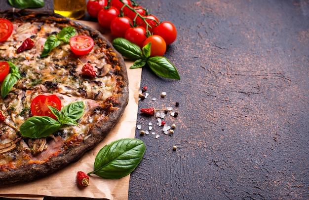Italienische schwarze pizza des modischen lebensmittels