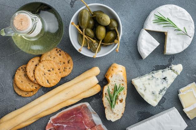 Italienische snacks, fleischkäse, kräuter gesetzt, auf grauem tisch, flach liegen