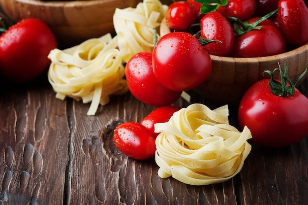 Italienische spaghetti mit garnelen und petersilie