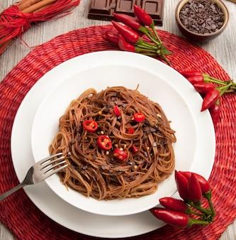 Italienische spaghetti mit schokolade und pfeffer
