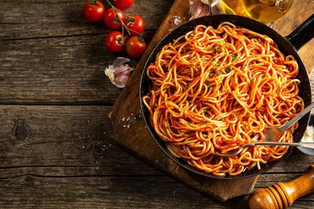 Italienische spaghetti mit tomatensauce in der pfanne