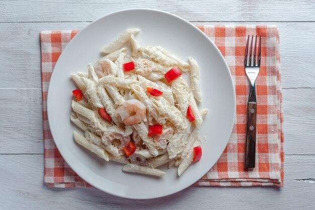 Italienische spaghetti-nudeln mit sauce und garnelen, käse-parmesan und basilikum.