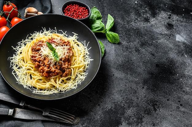 Italienische spaghetti-nudeln mit tomatensauce, käseparmesan und basilikum