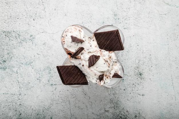 Italienische spezialität stracciatella-eisportionierer mit schokoflocken in cremigem vanilleeis. ansicht von oben. spezialität italienisches stracciatella-eis
