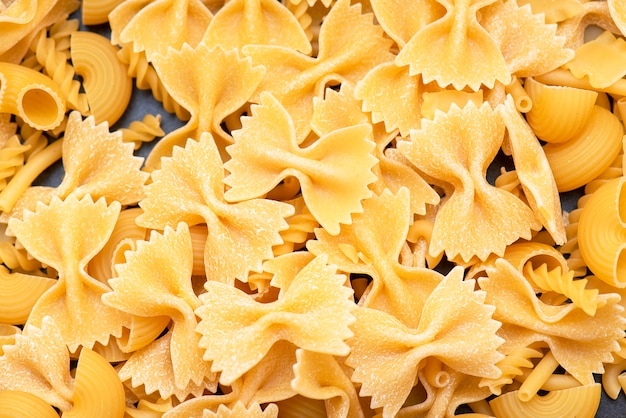 Italienische teigwaren, formen von trockenen italienischen teigwaren als hintergrund