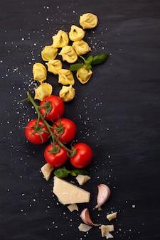 Italienische teigwaren mit käse, basilikum und tomaten