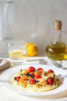 Italienische teigwarenspaghettis mit garnelen und tomaten. nationale küche.