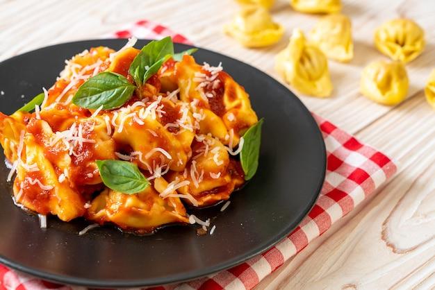 Italienische tortellini-nudeln mit tomatensauce - italienische küche