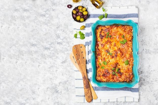 Italienische traditionelle lasagne mit tomatensauce, rindfleisch und parmesan