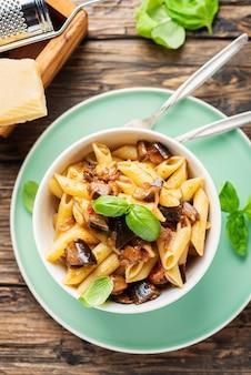 Italienische traditionelle pasta mit auberginen