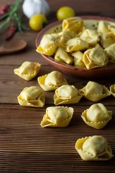 Italienische traditionelle teigwaren der tortelloni-teigwaren mit fleisch oder gemüse