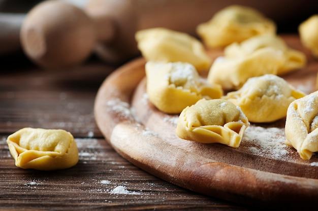Italienische traditionelle tortellini auf dem holztisch