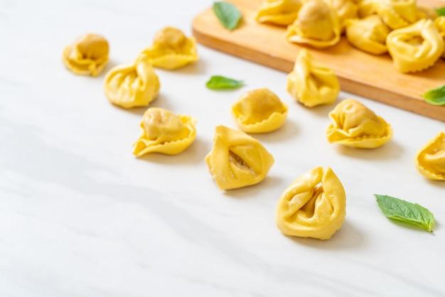 Italienische traditionelle tortellini-nudeln lokalisiert auf weiß