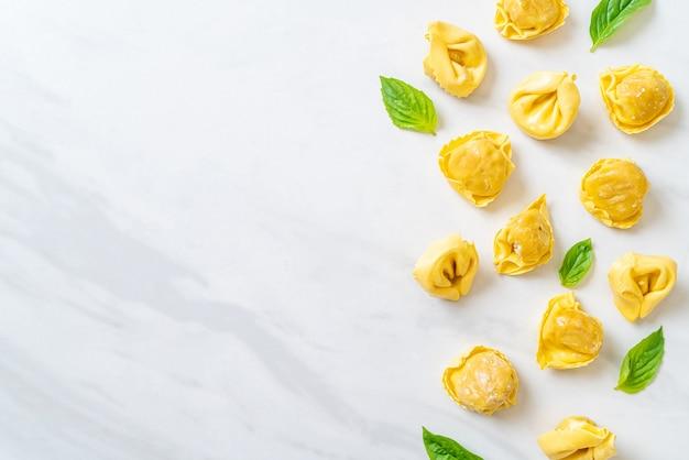 Italienische traditionelle tortellini-nudeln