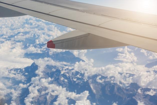Italienische und schweizer alpen vom flugzeug aus gesehen