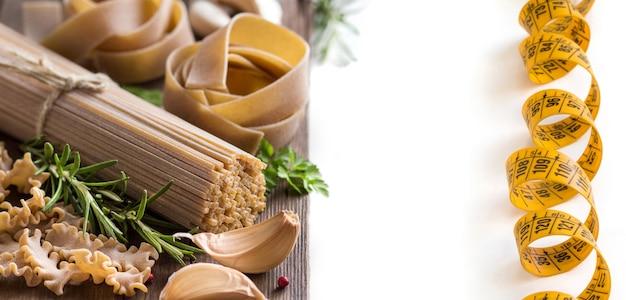 Italienische vollkornnudeln mit knoblauch und kräutern