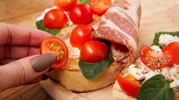 Italienische vorspeise bruschetta auf einem holzbrett auf einer hölzernen rustikalen oberfläche