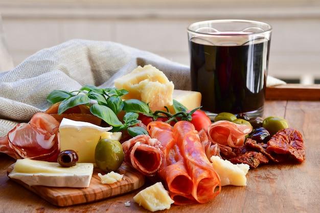 Italienische vorspeise mit schinken und käse