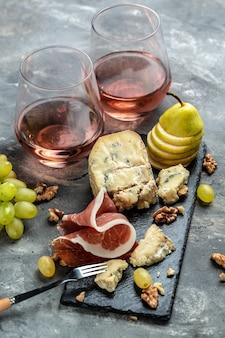 Italienische vorspeisen oder antipasti-set mit gemischten delikatessen aus käse, fleisch und fruchtsnacks für wein.
