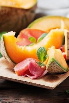 Italienischer antipasti mit schinken und süßer frischer melone