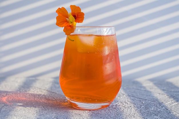 Italienischer aperol spritz alkohol cocktail mit eiswürfeln.