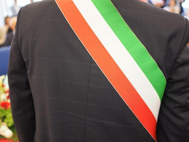 Italienischer bürgermeister mit schärpe
