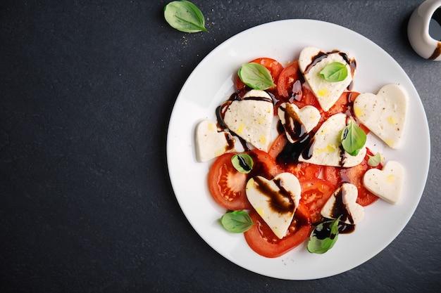 Italienischer caprese salat für valentinstag