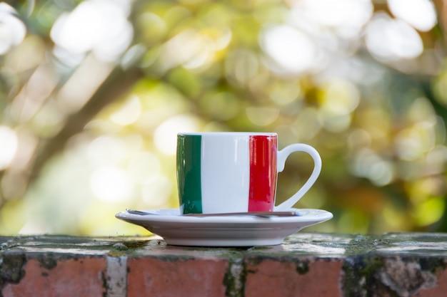 Italienischer kaffee. tasse mit italienischer flagge